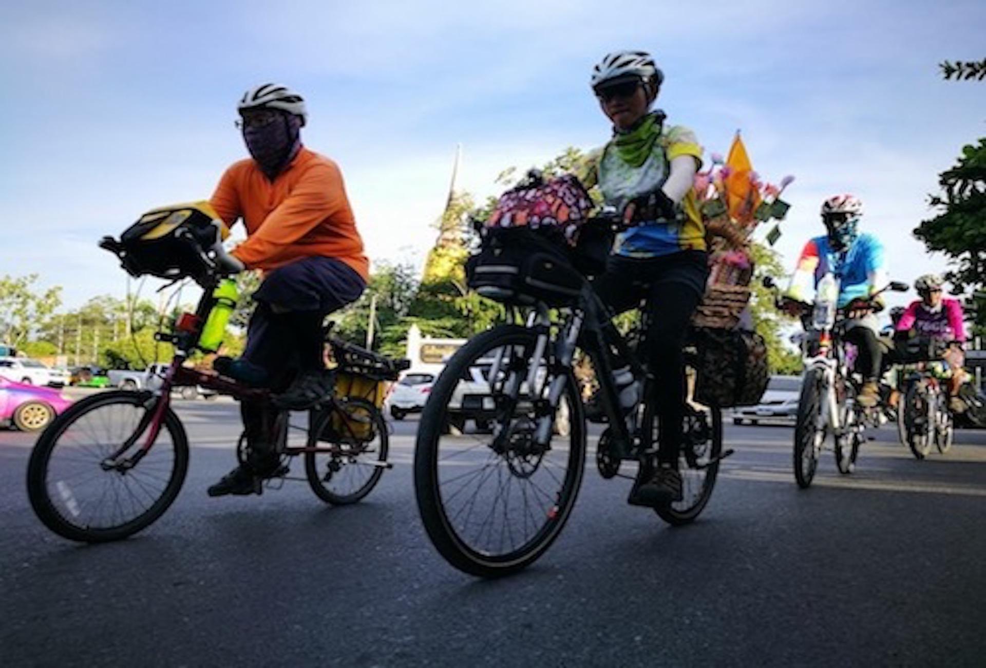 คลุกฝุ่น Cycling Club ปั่นจักรยานไปถวายผ้าป่าที่วัดพระบาทนำ้พุ
